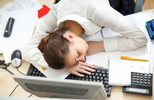 Девушка спящая за компьютером