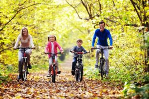 Семья на велосипедах